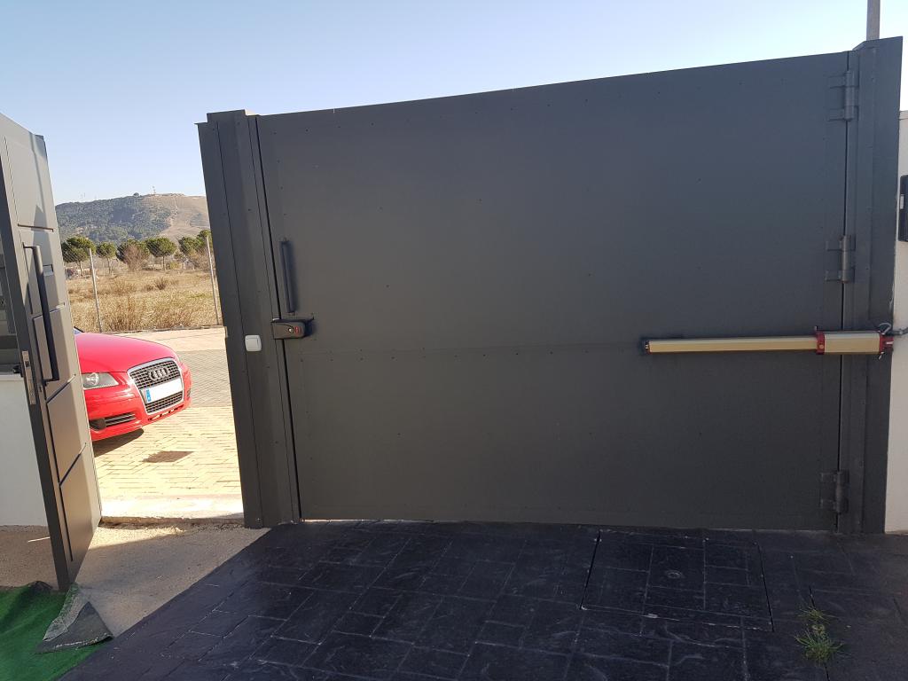 Puerta batiente mantenimiento reparaci n y montaje de - Montaje de puertas ...